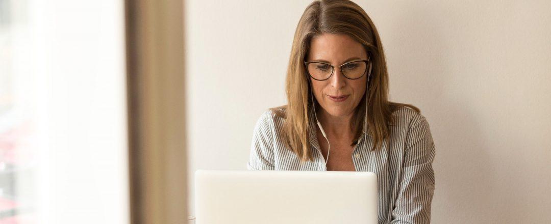 Kvinna som använder laptop