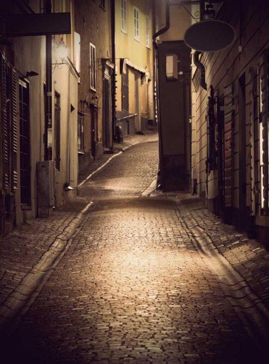 Belyst gata i gamla stan