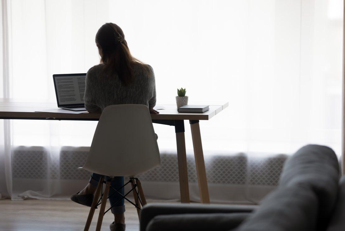 Ekonom som arbetar vid skrivbordet hemifrån