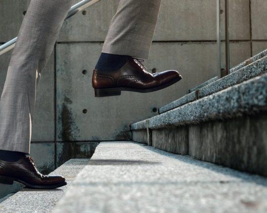 Ekonom som går uppför trappan