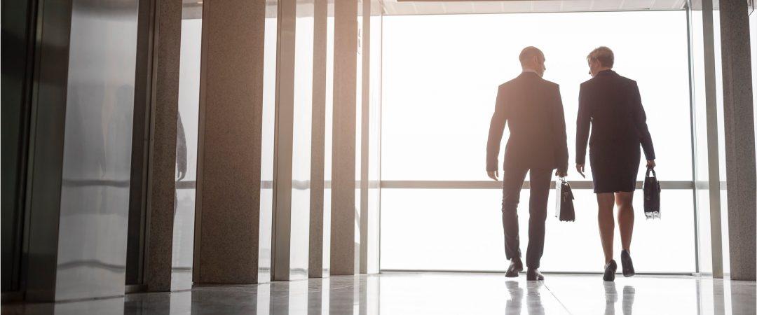 Interimskonsulter som promenerar i en korridor