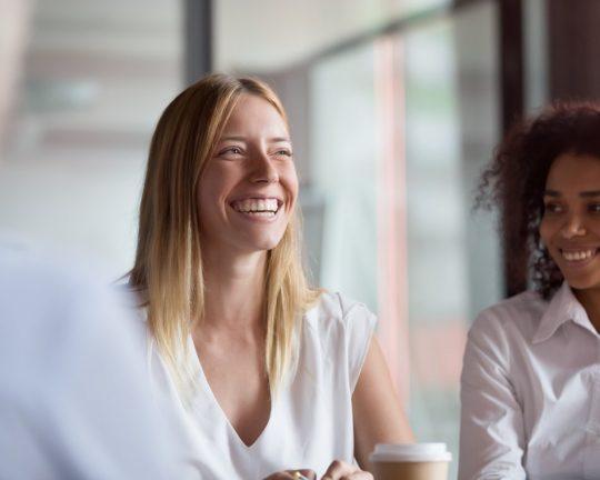 Koncernredovisningsekonom som ler på jobbet