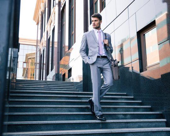 Man som arbetar med investment banking får nedför trappa