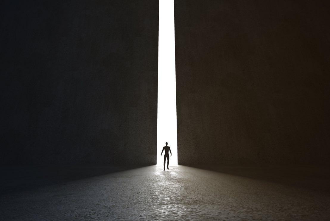 Person som står vid en ljus öppning