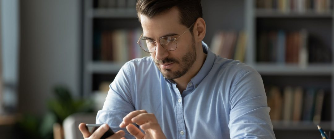 Redovisningsekonom som håller på med mobil