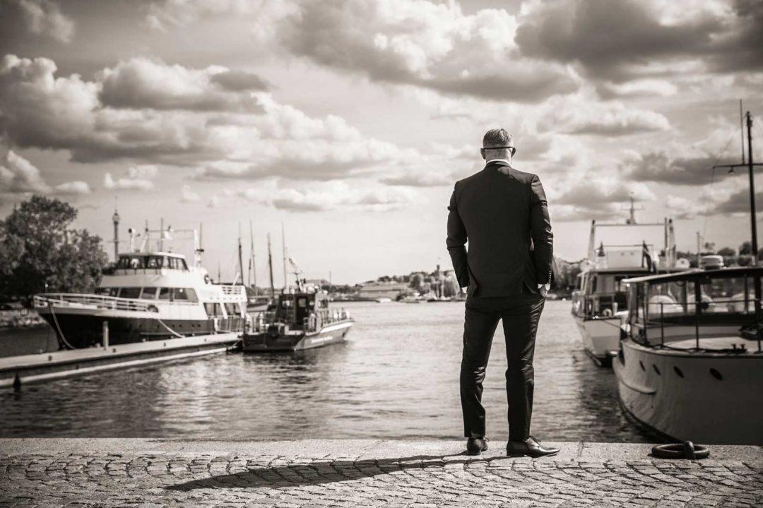 Man som står och tittar på vatten